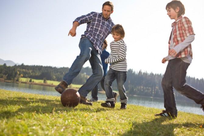 dad-boys-football1-670x446