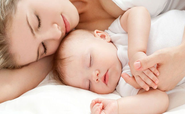 Τα παιδιά πρέπει να κοιμούνται με τη μητέρα μέχρι τριών ετών