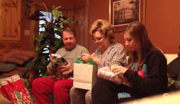 Το Χριστουγεννιάτικο δώρο που έκανε τους γονείς να χαρούν σαν μικρά παιδιά