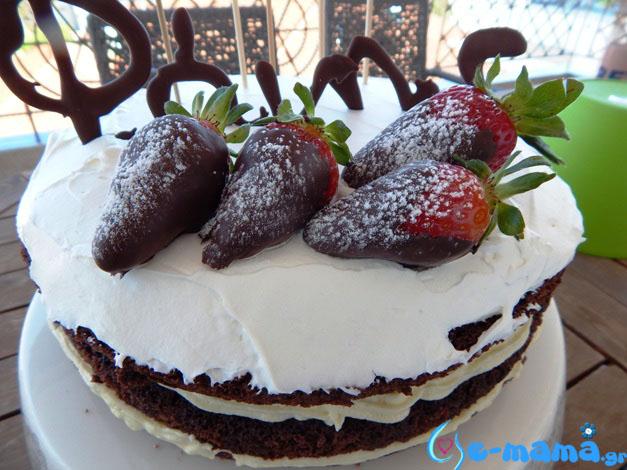 Μια γυμνή τούρτα γενεθλίων με...μπαλόνια