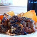 Αρνάκι μυρωδάτο στη γάστρα με καραμελωμένες πατατούλες
