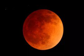 """Το """"Ματωμένο Φεγγάρι"""" του Ιουλίου και πώς θα το εξηγήσουμε στα παιδιά"""