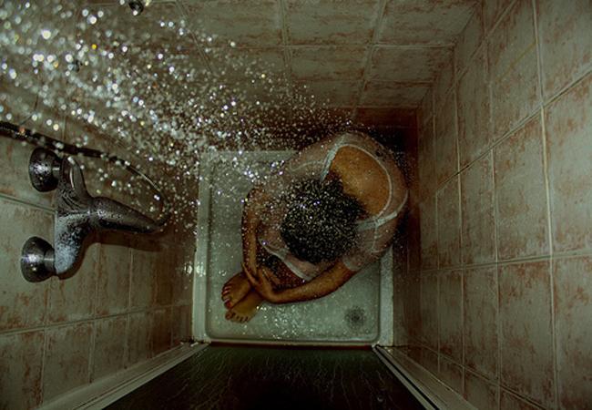 Για τη γυναίκα που κλαίει στο μπάνιο