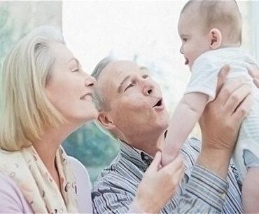 Το να μεγαλώνουν τα παιδιά κοντά στη γιαγιά και τον παππού είναι δώρο!
