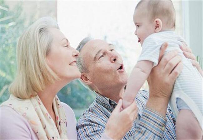 Τα εγγόνια κάνουν καλό στην ψυχική υγεία του παππού και της γιαγιάς