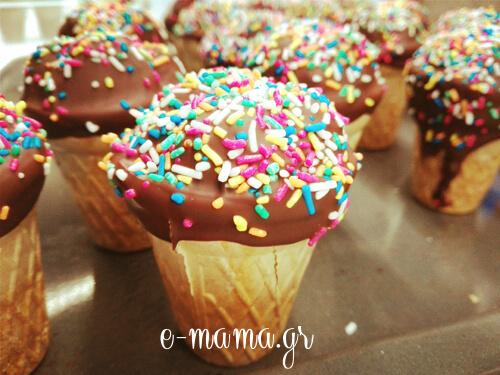 Cupcakes σοκολάτας σε κυπελλάκια παγωτού