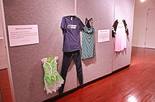 Αυτό φορούσα όταν με βίασαν - Η έκθεση με τα ρούχα θυμάτων βιασμού