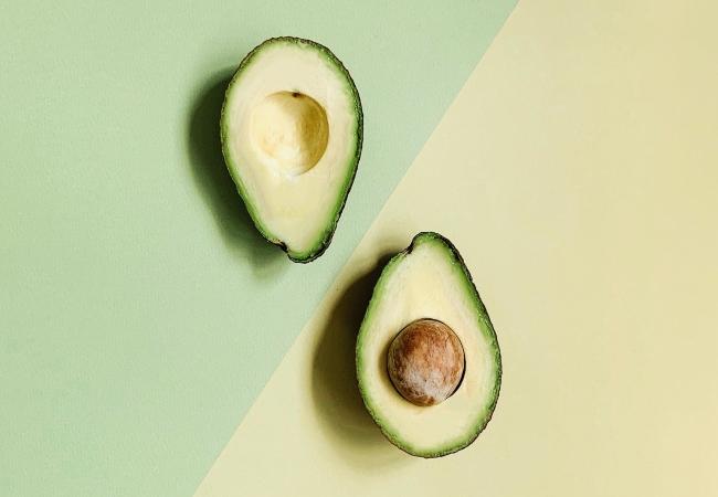 Το αβοκάντο με την κρεμώδη υφή του, μπορεί να αντικαταστήσει το βούτυρο και όποιο άλλο συστατικό χρησιμοποιούμε για να ψήσουμε γλυκά, μπισκότα ή ψωμιά. Αυτό αποτελεί έναν πιο «υγιεινό τρόπο» μαγειρέματος.