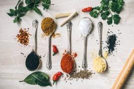 Μπαχαρικά και μυρωδικά: χρήσιμος οδηγός για την κουζίνα