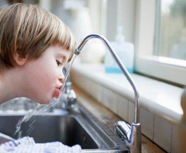 Πόσο νερό πρέπει να πίνω, πότε και γιατί