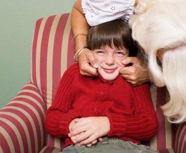 Τα παιδιά δε χρωστούν αγκαλιά με το ζόρι σε κανέναν. Ούτε στις γιορτές.
