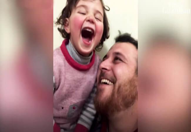 Μπαμπάς στη Συρία μαθαίνει στην κόρη του να γελάει στους βομβαρδισμούς για να μη φοβάται