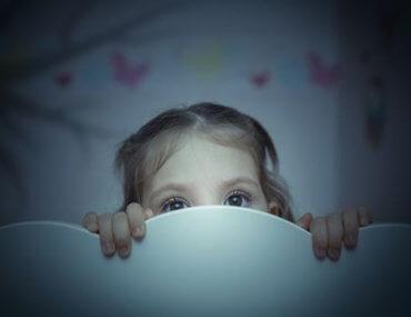 «Μαμά, άφησε το φως ανοιχτό! Μην κλείνεις την πόρτα!» Οι παιδικοί φόβοι