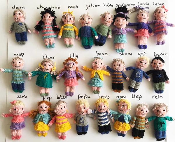 Δασκάλα έφτιαξε 23 πλεκτά κουκλάκια που μοιάζουν στους μαθητές της