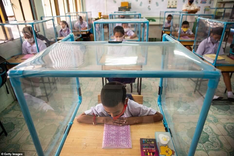 Ταϊλάνδη: Μαθητές κάνουν μάθημα σε πλαστικά κουτιά