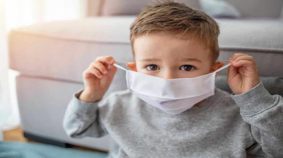 Πόσο επηρεάζονται τα παιδιά από την ανησυχία των γονιών για τη μάσκα στο σχολείο;