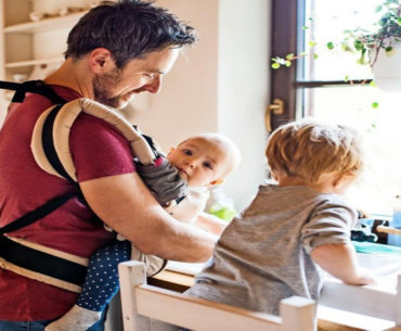 Οι άντρες δε «βοηθούν» στο σπίτι. Συνεργάζονται