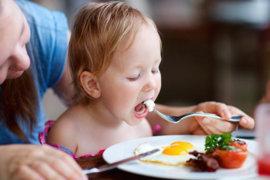 Πρέπει να επιβραβεύουμε το παιδί μας επειδή έφαγε;