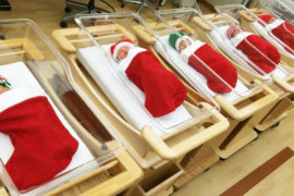 Η παράδοση με τα νεογέννητα σε χριστουγεννιάτικες κάλτσες