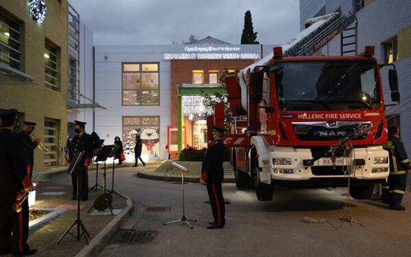Πυροσβέστες Άι Βασίληδες σκόρπισαν χαρά στα παιδιά της Ελπίδας