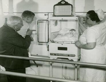 Ο άντρας που έσωσε χιλιάδες πρόωρα μωρά και άλλαξε την ιστορία της ιατρικής