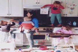 Ο εσωτερικός διάλογος στο μυαλό της μαμάς τη μέρα – Γιατί δεν ηρεμούμε ποτέ;