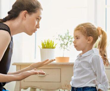 """Αν σε χτυπήσει κάποιος χτύπα τον και εσύ! 5 """"κακές"""" φράσεις που λένε οι γονείς συχνά"""