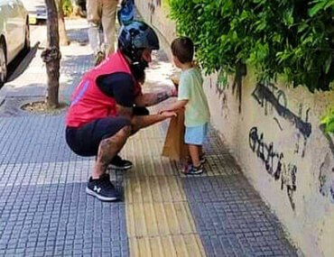Διανομέας βρήκε παιδάκι στο δρόμο και το επέστρεψε στους γονείς του