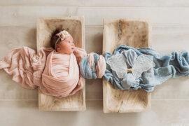 Η viral φωτογραφία νεογέννητου που ψάχνει τον δίδυμο αδερφό της και συγκινεί