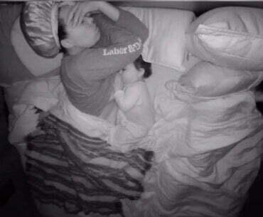 Η ιστορία πίσω από το viral βίντεο θηλασμού και co-sleeping