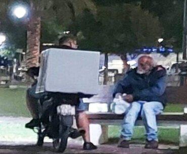 Ο διανομέας που πρόσφερε φαγητό σε άστεγο συγκινείΟ διανομέας που πρόσφερε φαγητό σε άστεγο συγκινεί