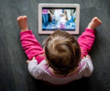 Τα παιδιά που χρησιμοποιούν κινητά και tablets κοιμούνται λιγότερο και χειρότερα